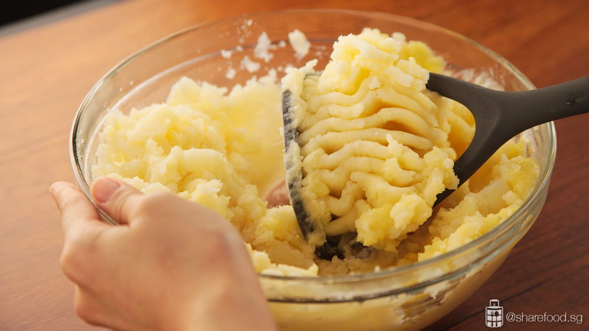 Mash the potato with the right ratio of butter and milk!