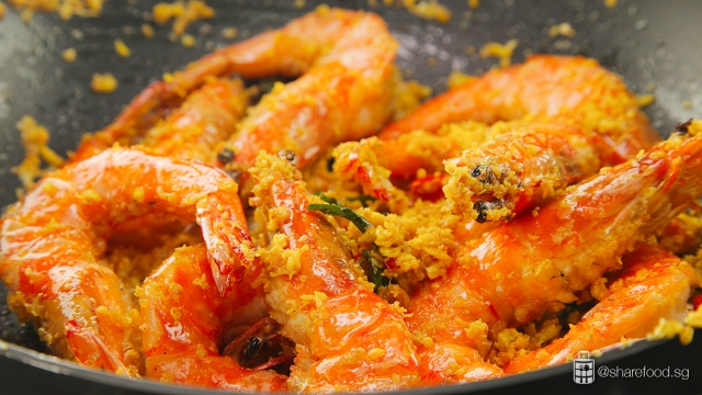 Butter-Cereal-Prawn-cooking-process-in-pan