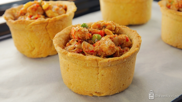 TomYumChickenPie-filling-the-puff-pastry-with-tomyum-chicken