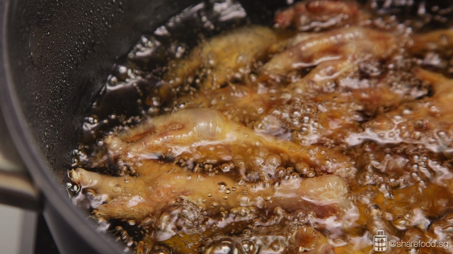 Deep frying chicken feet for Braised Chicken Feet with Beancurd skin dish