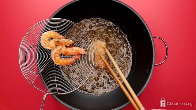 deep fry the prawns