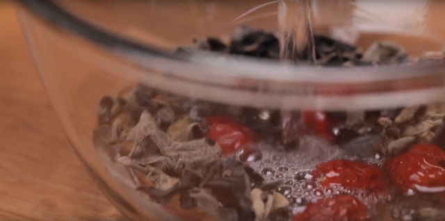 Soak the black fungus and red dates in warm water