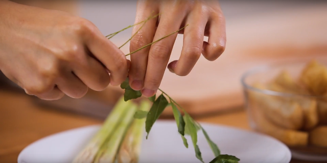 Rinse and remove the curry leaves from its branches