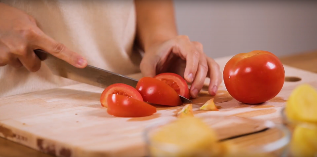 Cut the tomatoes into wedges of eight