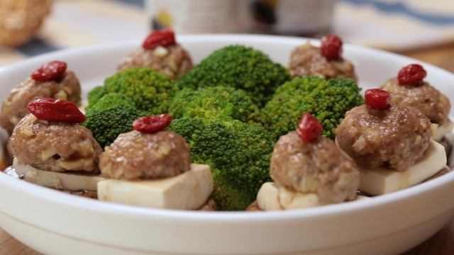 Steamed stuffed mushrooms with tofu and minced pork with broccoli and wolfberries