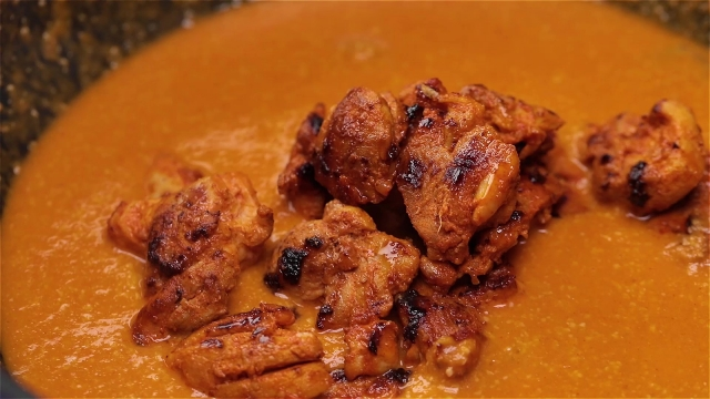 Grilled chicken in butter masala gravy