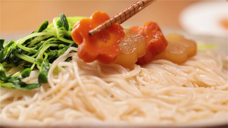 Arranging vegetables on soba noodles