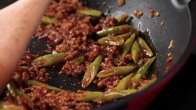 Spicy bean paste sauce with french bean and minced beef