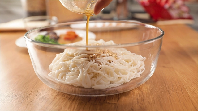 Flavouring noodles with sauce mixture