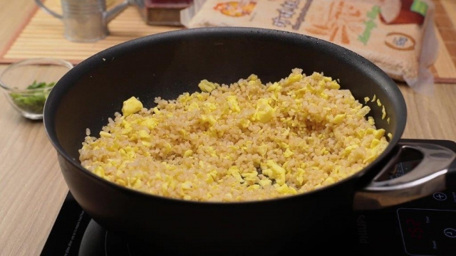 Cooking Egg fried rice in wok