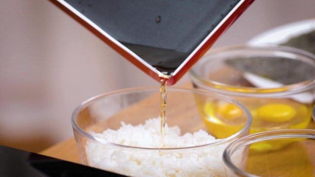 Pouring sauce to flavour onigirazu rice