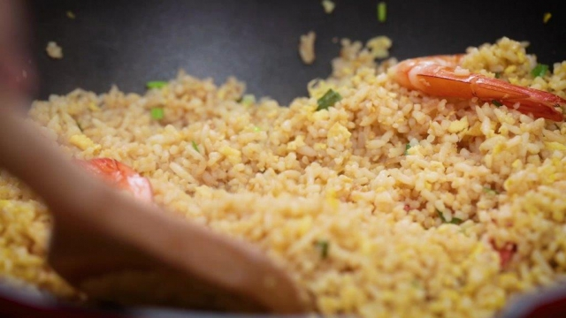 frying egg fried rice with prawns