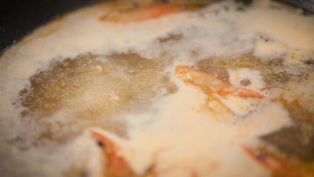 prawn heads cooking in broth for bakwan keipting