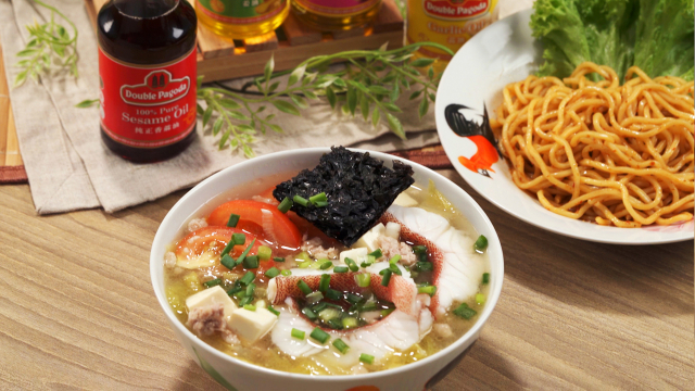 Sliced Fish Soup with Dry Noodles & Chee Seng Double Pagoda oils